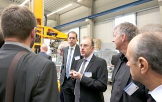 Dr. Thomas Graefenstein erklärt den PARO für Unternehmer in der Werkshalle der roTeg AG beim Arbeitsfrühstück der Wirtschaftsförderung Dortmund