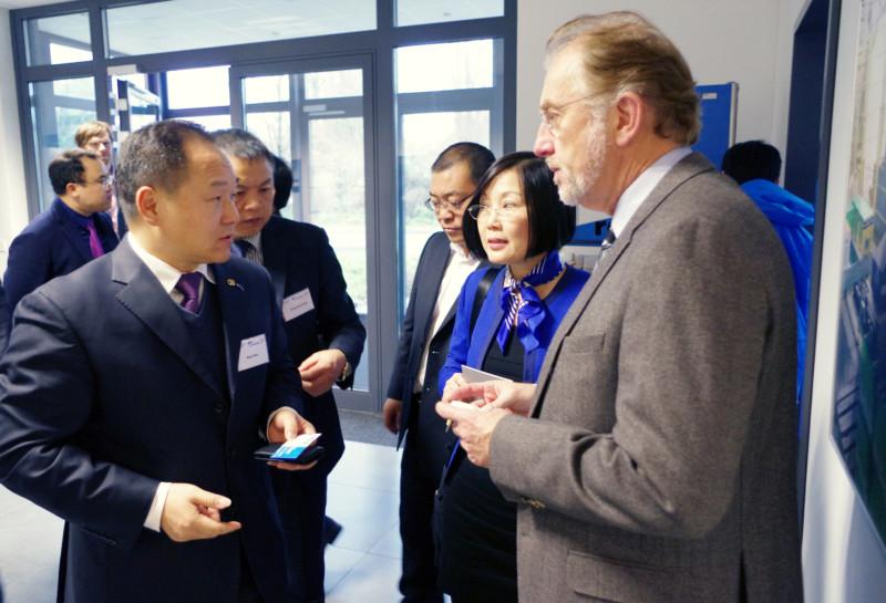 Dr. Graefenstein im Gespräch mit einem Unternehmer aus China