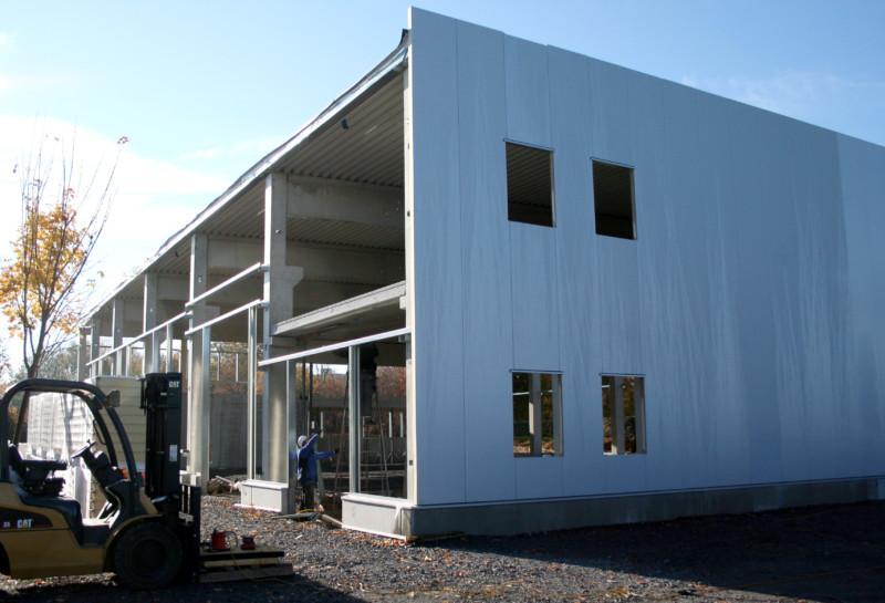Die neue Produktionshalle bekommt jetzt Wände und Boden