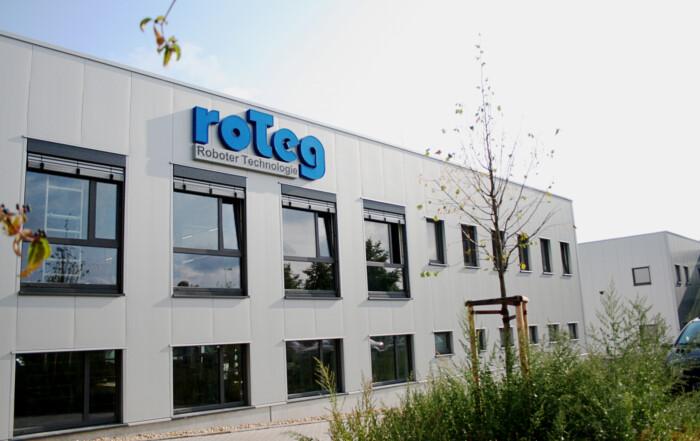 Das Logo der Firma roTeg ziert jetzt die neue Halle
