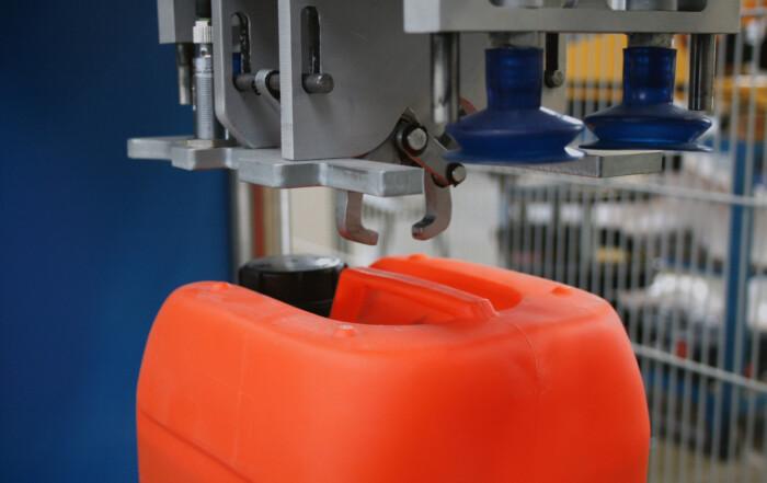 Der roTeg Kanistergreifer ist optimal auf die speziellen Packstücke ausgerichtet